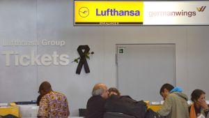 Musta surunauha on German Wingsin ja Lufthansan lipunmyyntipisteen seinällä Düsseldorfin kentällä Saksassa 31. maaliskuuta.