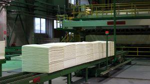 Havusellusta valmistetut kartongit jalostuvat muun muassa pakkauslaatikoiksi.