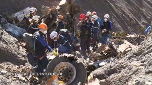 Pelastusmiehistöä työskentelemässä Germanwingsin turmakoneen putoamispaikalla.