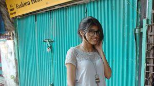 Vaatesuunnittelija ja stylisti Tina Khatri pukeutuu mielellään rentoon ja löysään t-paitaan sekä puuvillahousuihin. Asun kruunaa suuri kaulakoru.