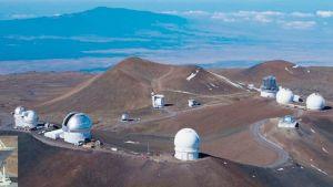 Vuorenhuippuja ja niillä avaruusteleskooppeja