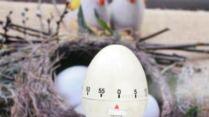 Munakello pääsiäismunien seassa.