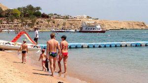 Turisteja Naama Bayn rannalla Sharm el-Sheikhissä Egyptissä maaliskuun lopulla 2015.
