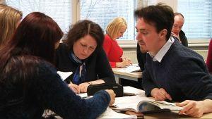 Maahanmuuttajat opiskelevat suomenkieltä Helsingissä.