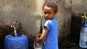 Jemeniläinen lapsi hyväntekijän järjestämällä vesipisteellä Sana'assa 7. huhtikuuta.