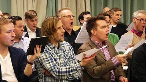 Ylioppilaskunnan Laulajat harjoittelee.