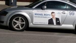 Vaalimainos auton kyljessä, kokoomuksen Mikael Ropo Satakunnan vaalipiiristä mainostaa Audinsa kyljessä.
