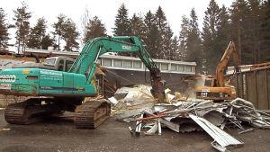 Kaivurit purkavat Nummen koulua
