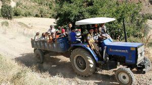 Pakolaisia traktorin kyydissä.