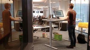 Arvo Vuorela näyttää mallia, miten sähköpöydän ääressä tulee työskennellä oikeaoppisesti.