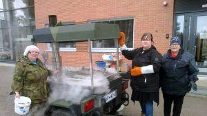 Hernekeittoa soppatykissä valmistivat Oulunsalon seurakunnan emäntä Heli Laitinen, diakoni Anneli Nieminen ja marttapiirin erikoisneuvoja Marja-Leena Pirkola.
