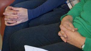 symbolikuva kädet ristissä sylissä
