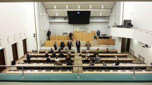 Eduskunnan istuntosalina toimiva väistötila Sibelius-Akatemiassa.