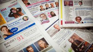 Ehdokkaiden vaalimainoksia sanomalehdissä.