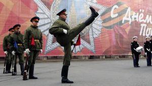 Venäjän kunniakomppanian sotilaat esiintyvät voitonpäivän paraatissa Pietarissa.