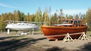 Veneitä nostettu talvisäilytystä varten.
