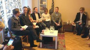 Eduskuntavaaliehdokkaat olohuonetentissä Lappeenrannassa 10.4.2015