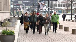 Joukko henkilöitä kadulla on menossa äänestämään.