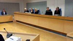 Oulun käräjäoikeus valmistautui jälleen maanantaina aloittamaan laajan pariturikosjutun käsittelyyn mutta turhaan.