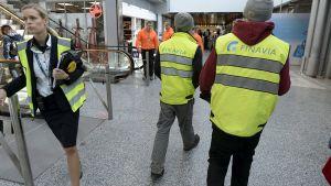 Finavian työntekijöitä lentokentällä.