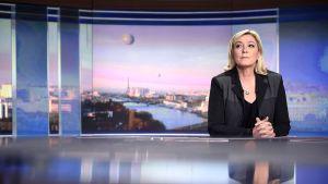 Ranskan äärioikeistolaisen Kansallisen rintaman johtajan Marine Le Pen Ranskan TF1-uutiskanavan iltauutisissa 9. huhtikuuta 2015.