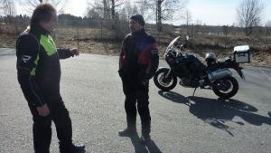 Liikenneopettaja Jari Korte ohjeistaa kokenutta moottoripyöräilijää Jouni Kirvesmiestä ajoteknisissä asioissa.