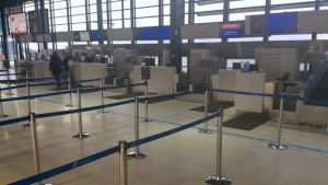 Oulun lentoaseman lähes tyhjä lähtöselvitys ilmailualan lakon aikaan.