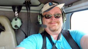 Jouni Juntunen helikopterissa Grand Canyonin yläpuolella.