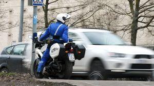 Moottoripyöräpoliisi mittasi tutkalla nopeuksia Veturitiellä, Helsingissä 16. huhtikuuta 2015.