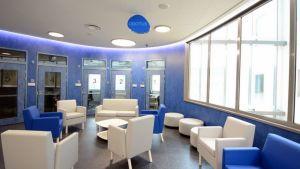 Odotustila. Potilaat odottavat pääsyä lääkärin haastatteluun tässä odotushuoneessa.