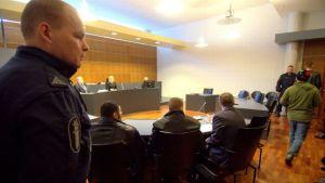 Puukotustapaus käräjäoikeudessa 16.4.2015.