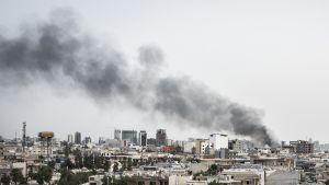 Savu nousee autopommin räjähdettyä kurdialueen pääkaupungissa Erbilissä