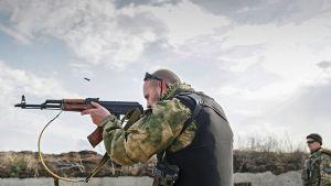 sotilas harjoittelee ampumista