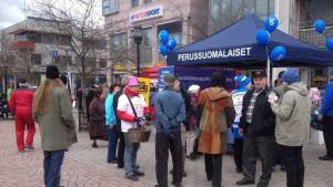 Perussuomalaiset kampanjoivat lauantaina Lohjan torilla.