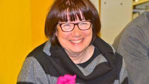 Eila Tiainen hymyilee vaalivalvojaisissa.