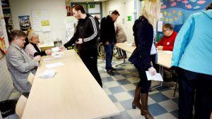 Eduskuntavaalien äänestystä Toppelundin koululla Espoon Haukilahdessa.