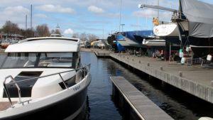 Veneitä Lappeenrannan kaupunginlahden satamassa.