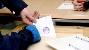 Eduskuntavaalien äänestystä.