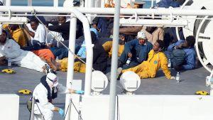 Libyasta Eurooppaan kuljettaneen kalastusveneen uppoamisesta selvinneitä ihmisiä pelastusaluksella 20. huhtikuuta.