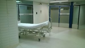 Sairaalasänky leikkausosaston edessä.