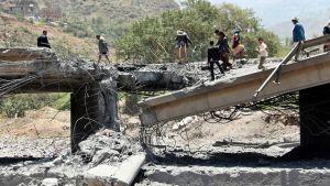 Jemeniläisiä ilmaiskussa tuhoutuneella sillalla Ibbin kaupungin lähistöllä 21. huhtikuuta 2015.