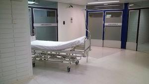 Sänky ovien edessä sairaalassa.