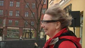 Nainen kokeilee tuulikonetta Helsingissä.
