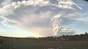Calbuco-tulivuoren tulivuoren nostattama tuhkapilvi läheisen lentokentän valvontakameran kuvaamana.