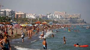 Ihmisiä nauttimassa Torremolinoksen rannasta Espanjassa.