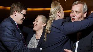 Jutta Urpilainen kuvattuna Antti Lindtmanin ja Antti Rinteen kanssa SDP:n eduskuntaryhmän kokouksessa 23. huhtikuuta.