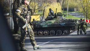Kuvassa separatistien sotilaat vartioivat tiesulkua Donetskissa 23. huhtikuuta.