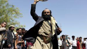 Huthi-kapinallisten kannattajia kuvattuna Taizin-kaupungissa, Jemenissä, 1. huhtikuuta.