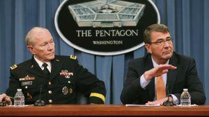 Yhdysvaltain puolustusministeri Ash Carter (oik.) valokuvattuna Pentagonissa 16. huhtikuuta.