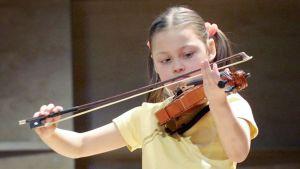 Lapsi soittaa viulua.